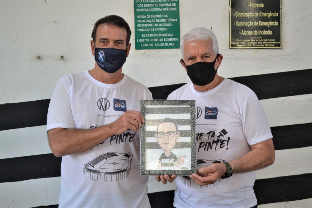 O XV de Piracicaba homenageou o prefeito com a entrega de uma caricatura personalizada