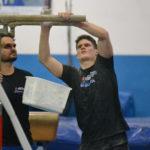 O técnico Daniel Biscalchin e o ginasta Diogo Soares preparam os aparelhos antes dos treinamentos
